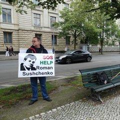 Під посольством Росії у Німеччині зібрались люди із вимогою звільнити українських політв'язнів