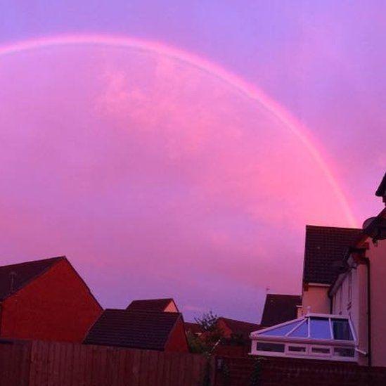 Унікальне природне явище: у Великобританії спостерігали рожеву веселку (фото)