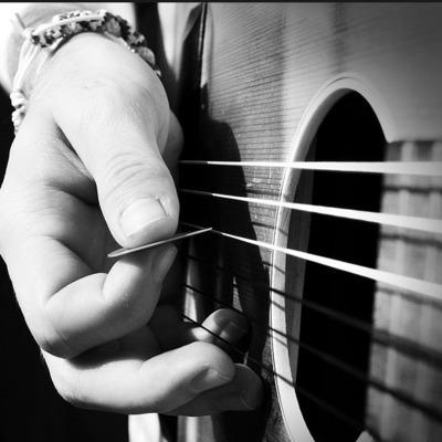 У центрі Львова вночі агресивний вуличний музикант грав на гітарі