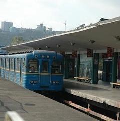 На санції метро «Дарниця» помер чоловік
