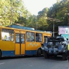 У Тернополі сталася аварія за участю військової машини і тролейбуса