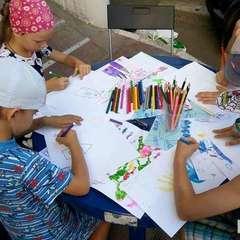 В Києві проходить акція, де діти створюють малюнки в підтримку воїнам АТО (фото)