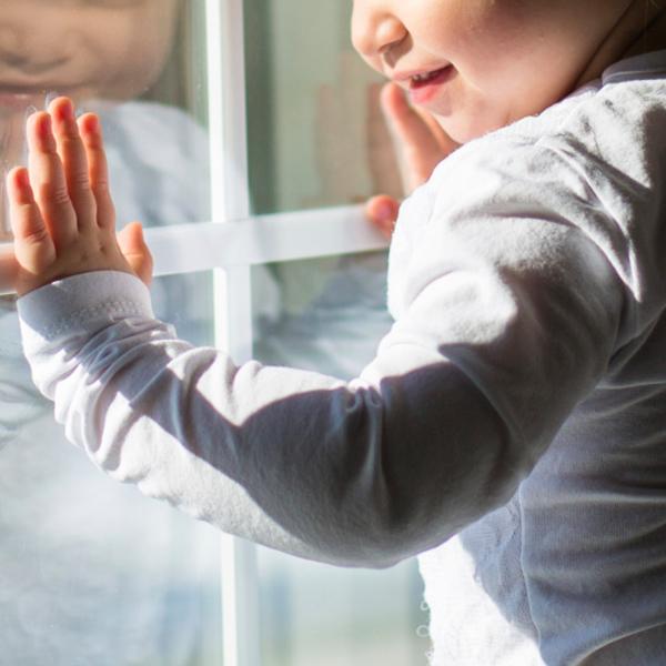 У Краматорську однорічний хлопчик випав із вікна 5-го поверху і чудом обійшовся без подряпин