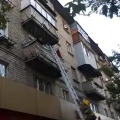 У Маріуполі на парапеті балкону сиділа 2-річна дитина та кликала маму (відео)