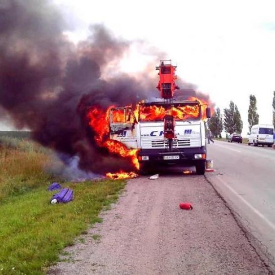 Біля Запоріжжя на трасі водій згорів живцем (відео)