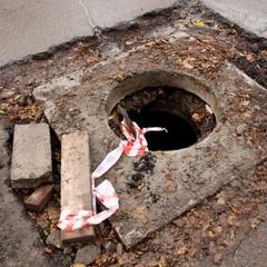 Кривавий інцидент у Херсоні: дитина провалилась у каналізаційний люк