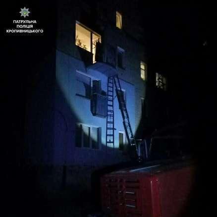 У Кропивницькому патрульні врятували 3-річну дівчинку, яку мати надовго залишила саму у квартирі