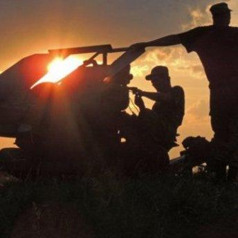 Внаслідок гранатометного обстрілу бойовиками українських укріплень поблизу Гнутового двоє бійців АТО отримали поранення, - штаб