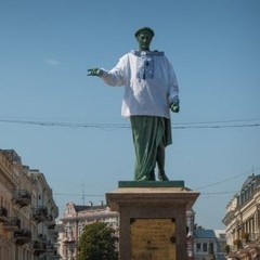 В Одесі пам'ятник Дюку одягли в синю вишиванку (фото)