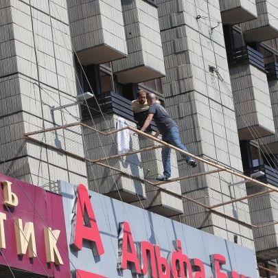 З'явилися фото чоловіка, який погрожує стрибнути з 3-го поверху на Хрещатику