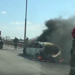 У Києві на мосту спалахнула автівка: пожежники насилу продерлись крізь затор (відео)