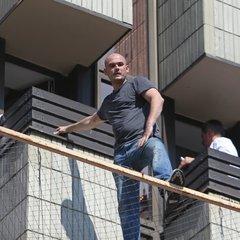 «Мене можуть вбити»: чоловік на сітці третього поверху готелю «Хрещатик» заявив, що йому погрожують