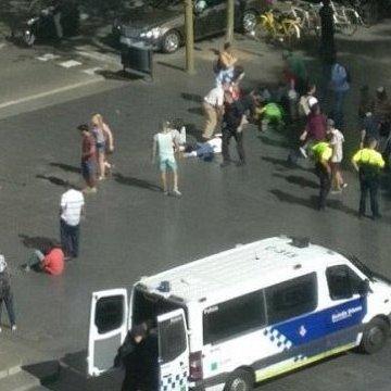 У Барселоні терорист фургоном в'їхав у натовп людей: мінімум 13 загиблих