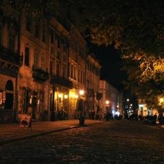 У Львові дівчата попросили мобільний телефон у жінки, щоб подзвонити, а потім побили та пограбували її