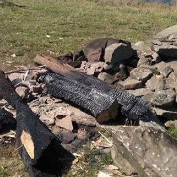 На Закарпатті зловмисники зрубали 8-метровий поклінний хрест і спалили його