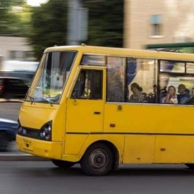 Водій маршрутки раптово став виганяти пасажирів із салону (відео)