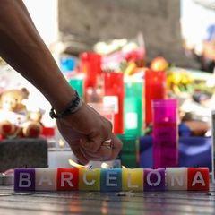 Теракт у Барселоні: люди зносять плюшевих ведмедів, квіти, свічки (фото)