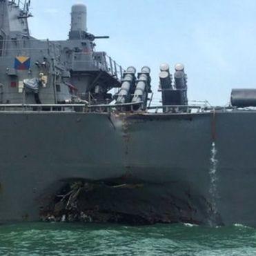 Біля Сінгапуру есмінець США зіткнувся з танкером, матроси зникли безвісти