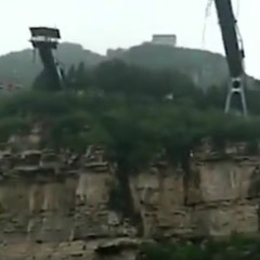 Китайська школярка зірвалася з 50-метрової тарзанки (відео)