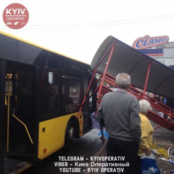 У Києві автобус протаранив зупинку з людьми (фото)