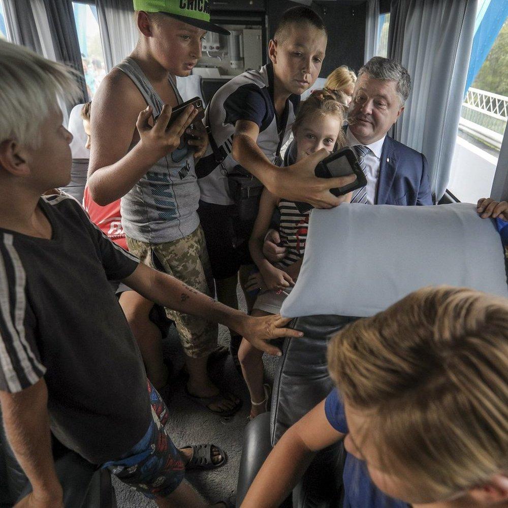 Порошенко разом із дітьми у маршрутці перевіряв нове дорожне покриття (фото)