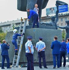 У Росії вчителька прикувала себе ланцюгом до пам'ятника Леніну