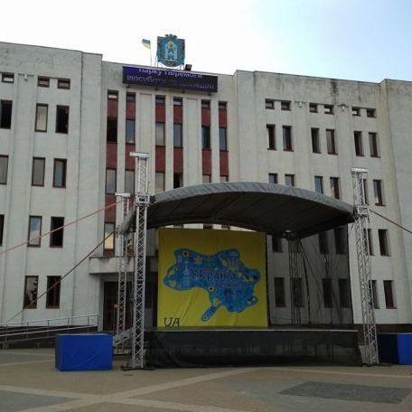 У Броварах святкову сцену оформили мапою без окупованого Криму (фото)