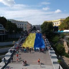 На Потьомкінських сходах в Одесі розгорнули 26-метровий прапор України (відео)