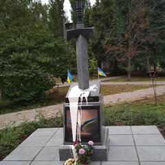 У Києві пам'ятник воїнам АТО облили фарбою й намагалися підірвати (фото)
