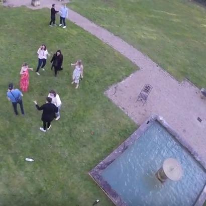 Британка звалилася у фонтан в спробі скорчити забавне обличчя для фото (відео)