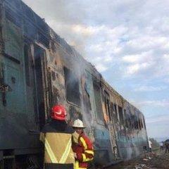 На Закарпатті під час руху загорілась пасажирська електричка: рятувальники понад півтори години гасили пожежу (фото)