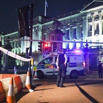 Теракт у Лондоні: чоловік із ножем напав на поліцейських