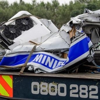 Моторошна автокатастрофа у Великобританії: дві вантажівки розтрощили автобус з пасажирами (фото)