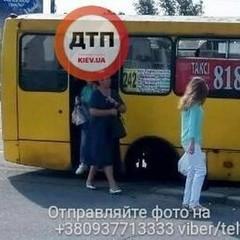 У Києві у маршрутки під час руху відпали колеса (фото)