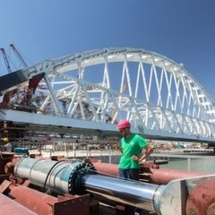 На Керченському мосту почали встановлювати залізничну арку: з'явились фото