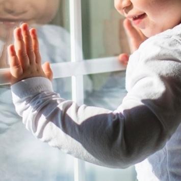 Дитина ледь не випала з 7 поверху: перехожі та поліцейські у Луцьку запобігли трагедії