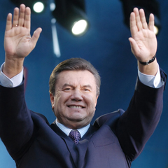 На Київщину «повернувся» Янукович і вітає українців зі святом (фото)