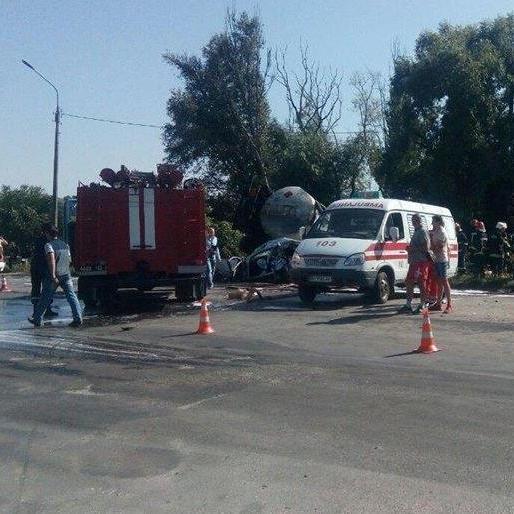 Бензовоз, який зносить автомобілі на своєму шляху: з'явилося відео моторошної ДТП у Тернополі