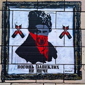 Власники магазину на Грушевського стерли з фасаду графіті часів Майдану (фото)