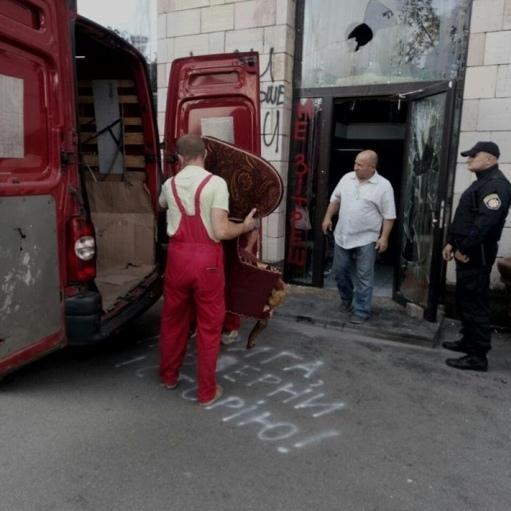 Із магазину «Емпоріум» на Грушевського вивозять меблі
