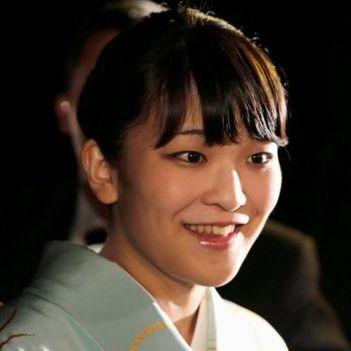 Внучка імператора Японії оголосила про заручини із звичайним юристом