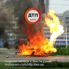 ДТП у Києві: повністю згорів автомобіль (фото, відео)