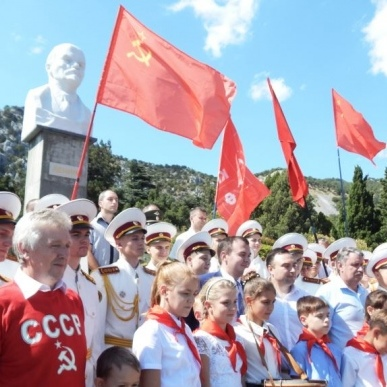У Криму встановили пам'ятник Леніну, після чого віддали дітей в піонери (фото)