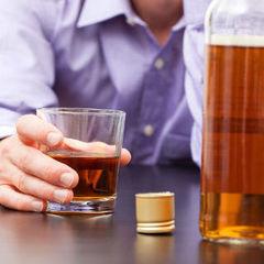Вчені пояснили чому чоловікам важче кинути пити, ніж жінкам