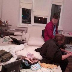 У Києві поліція врятувала чоловіка, який хотів стрибнути із вікна 9-го поверху (фото)