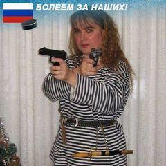 Працівниця Київського історичного архіву викладає фото зі зброєю та підтримує Росію (фото)