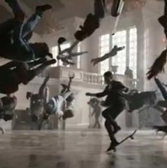 Apple зняла рекламу розумного годинника на залізничому вокзалі в Києві (відео)