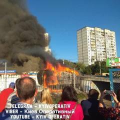 У Києві спалахнула пожежа: горять МАФи на Борщагівці (фото)
