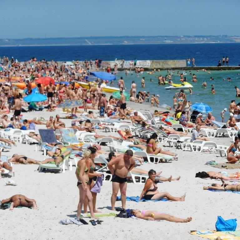 На пляжах Одеси медузи атакують відпочивальників (відео)