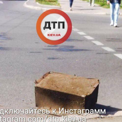 У Києві на автомобіль впав стокілограмовий сейф (фото)
